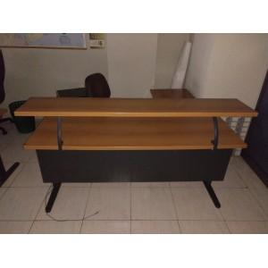 Mesa recta con altillo.