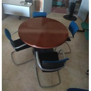 Mesa de reuniones con encimera barnizada.