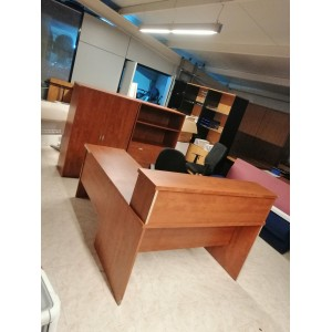 Mesa con altillo y ala auxiliar.