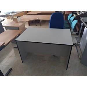 Mesa recta gris con cajonera.