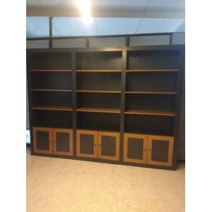 Armario estantería con puertas bajas.