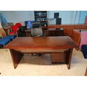 Despacho completa de madera barnizada.